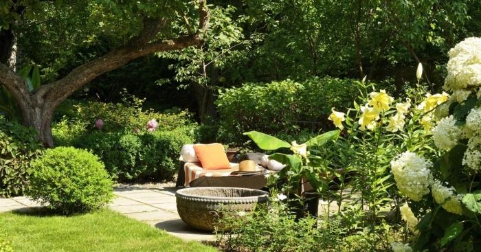 aménagement terrasse et jardin photo, exemple comment décorer une cour arrière avec banc et coussins décoratifs