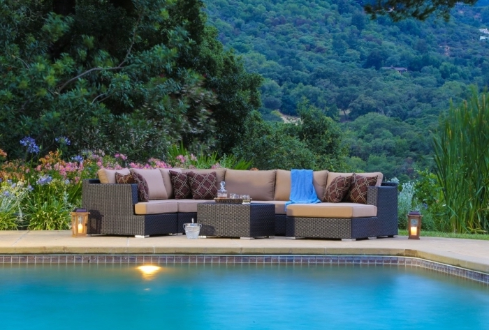 deco piscine moderne avec salon de jardin noir, modèle terrasse en dalles traditionnelle autour de la piscine