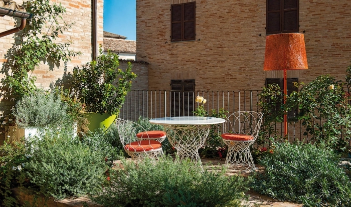 aménagement terrasse et jardin photo, déco extérieure avec clôture en fer et meubles de jardin table et chaise