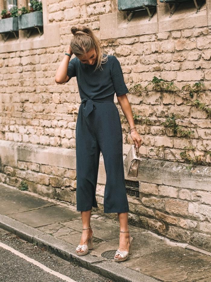 exemple de tenue chic femme, modèle de combinaison 3/8 de couleur gris foncé combiné avec sandales plateformes