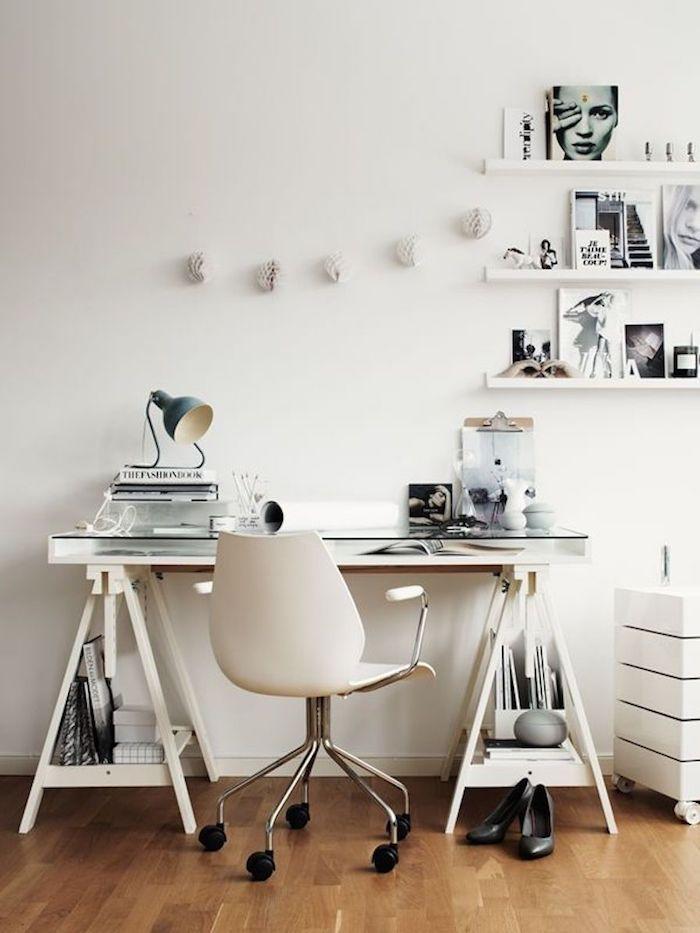Bureau en pyramide, idée déco bureau, décoration bureau professionnel, étagère de rangement