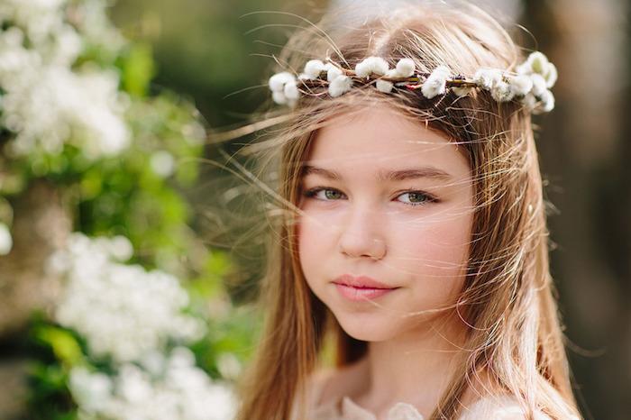 Fille avec couronne de fleurs, coiffure tresse, idée simple coiffure facile cheveux mi long