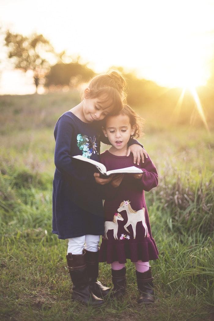 Adorable photo deux filles au coucher de soleil, jardin promenade, coiffure petite fille, belle coiffure facile cheveux mi long,