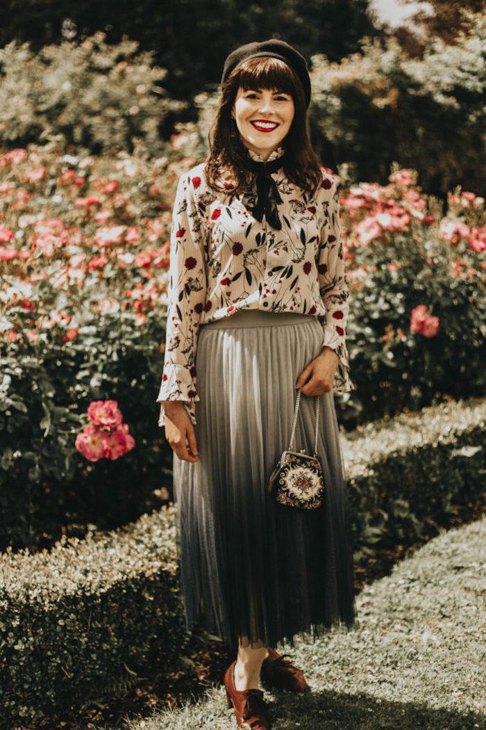 Jupe longue er chemise fleurie, béret noir, vetement annee 60, look année 60 robe femme stylée
