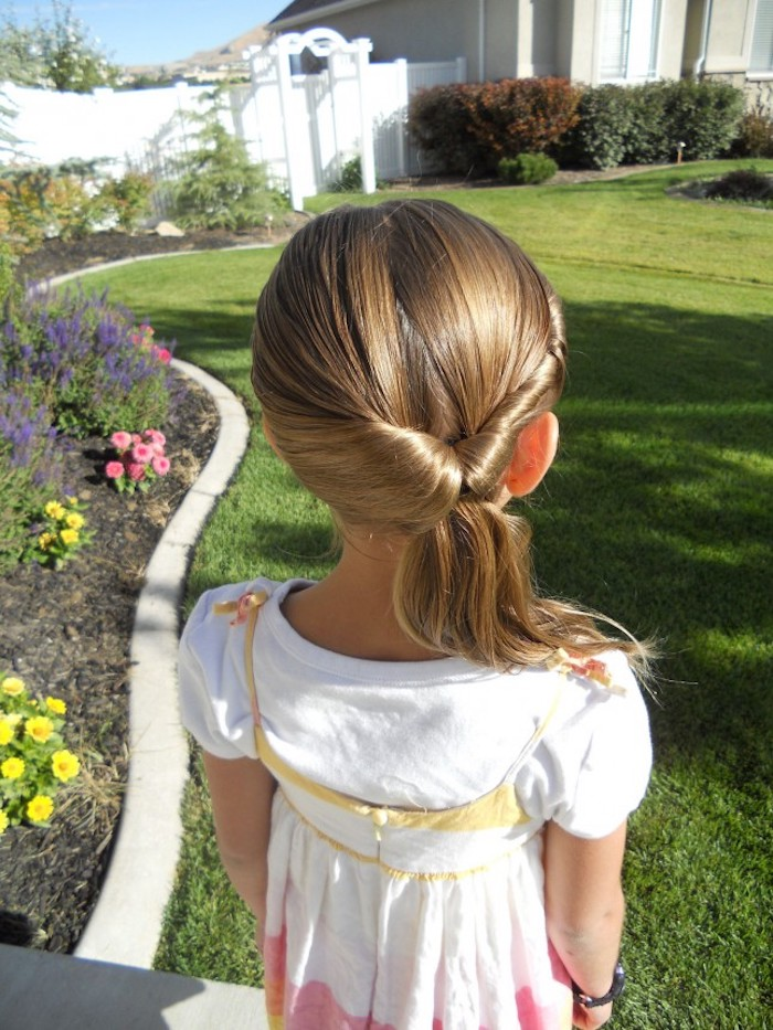 Originale coiffure cheveux mi longs fille, chignon coiffure facile a faire pour une petite fille robe blanche