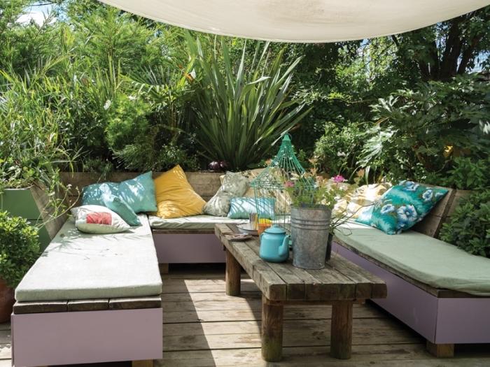 ambiance cozy dans un petit jardin aménagé avec meubles multifonctions, exemple banc de jardin avec rangement