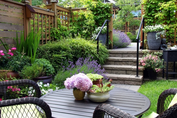 comment aménager son jardin avec table et chaises, déco cour arrière avec clôture en bois et terrasse bétonnée