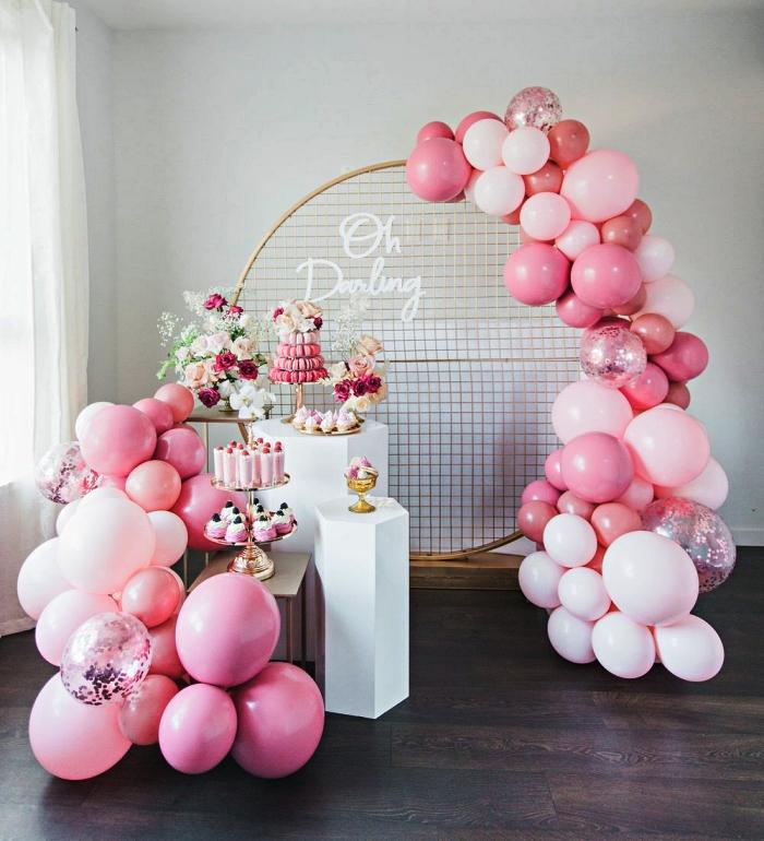 candy bar d'anniversaire fille décorée d'arche de ballons avec une structure grille ronde, decoration anniversaire fille