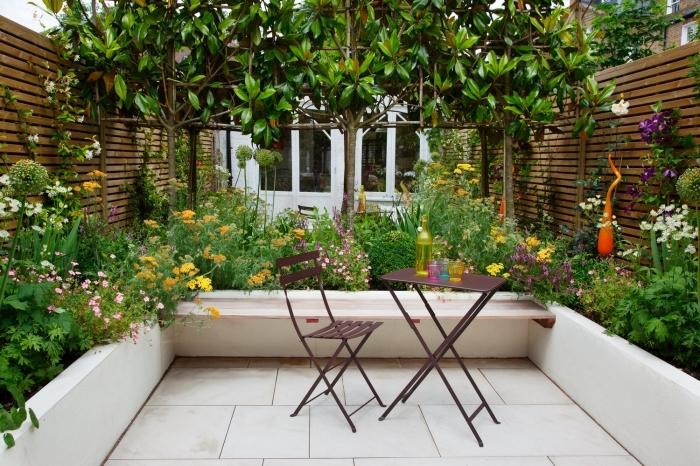design extérieur pour petit espace, déco de jardin avec plantes et clôture en bois foncé, meuble jardin pliant