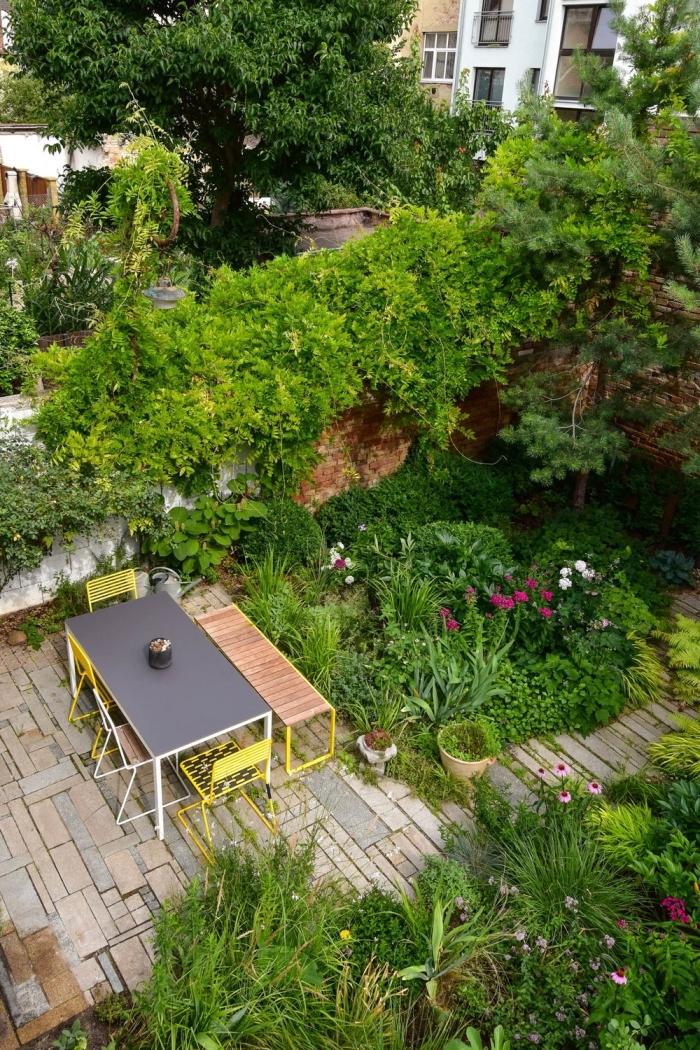 comment aménager son jardin, cour arrière avec coin de repas et allée pavée, déco de jardin avec meuble et plante