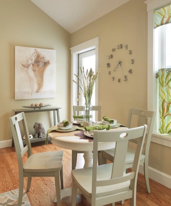 aménagement sous pente en couleurs neutres dans une salle à manger, déco pièce beige et blanc avec sol bois