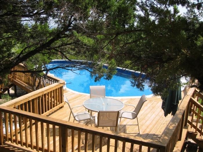 exemple d'amenagement exterieur piscine, quel revêtement de sol pour une terrasse de piscine rustique en bois