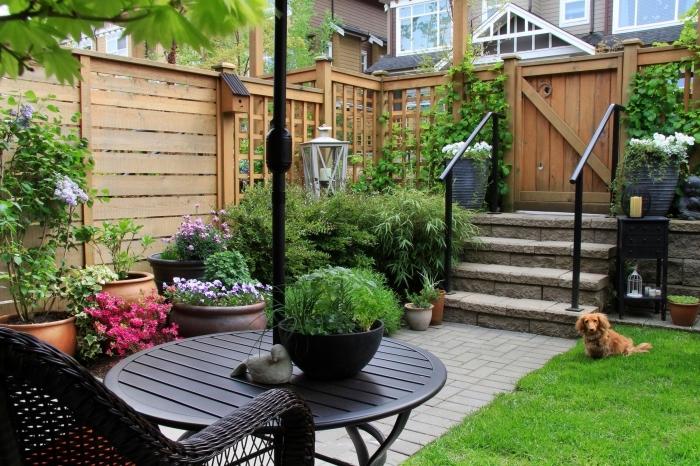 aménagement cour arrière avec clôture en bois, déco de petit jardin avec pelouse et coin de repos aménagé avec chaise tressée