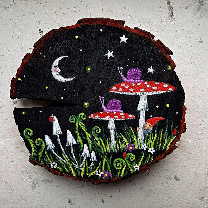 peinture acrylique sur bois, paysage forestier dans la nuit à l'acrylique réalisé sur une tranche de rondin de bois