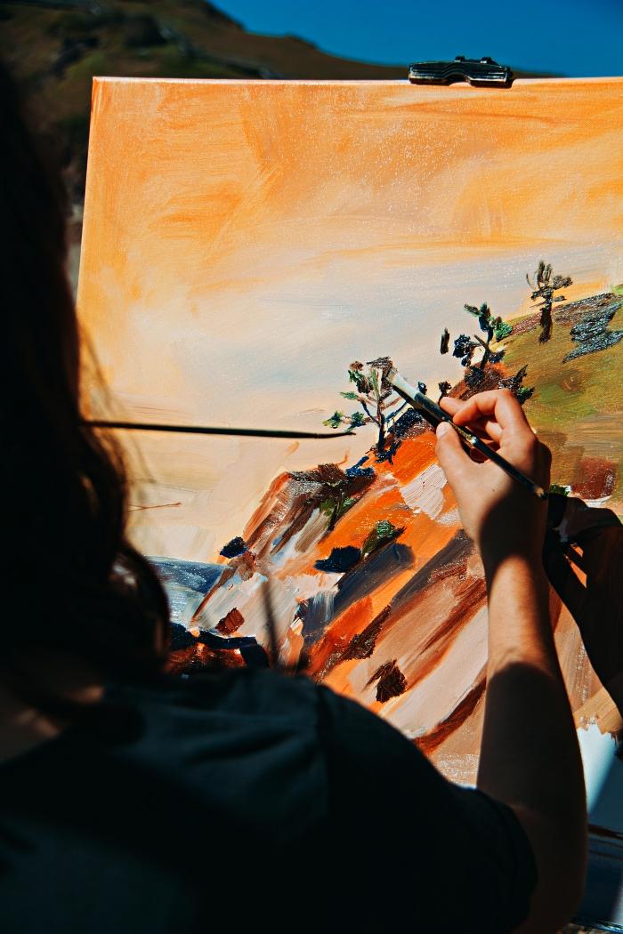 conseils et astuces pour apprendre a peindre à l'acrylique, paysage acrylique abstrait sur toile en ocre, bleu et vert