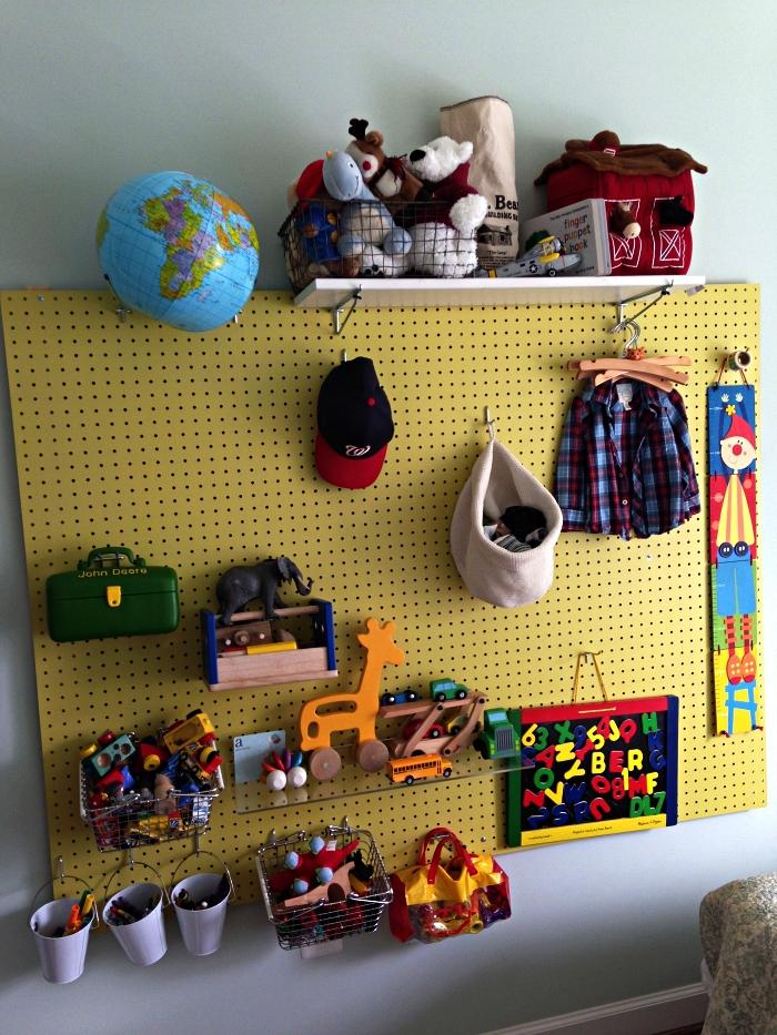 tableau perforé détourné en rangement mural fonctionnel, organisateur mural pour jouets
