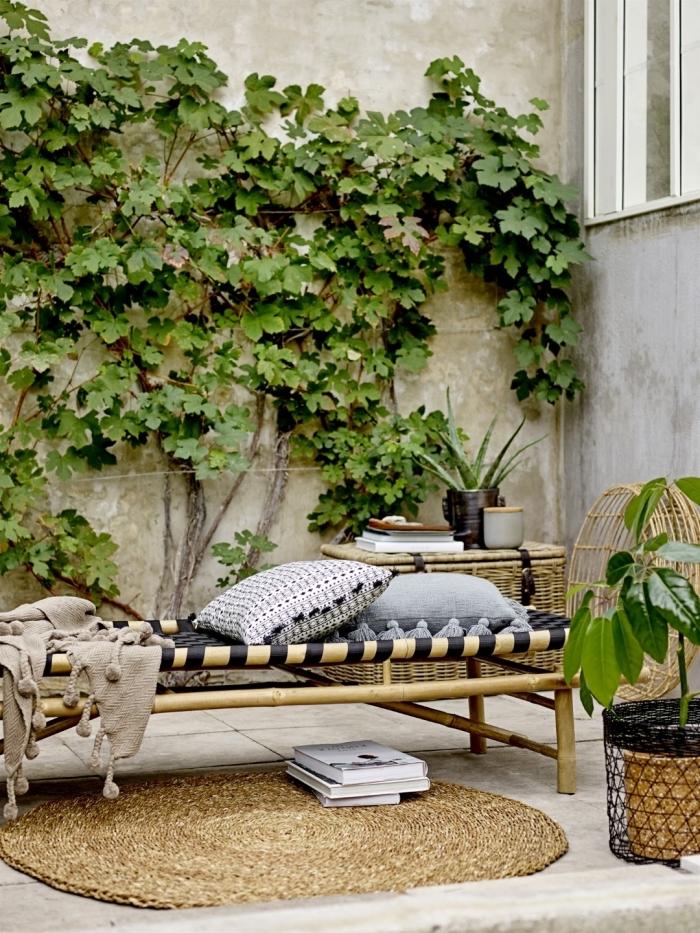 décoration bohème chic dans une cour arrière avec meubles en bois et accessoires couleurs neutres, idee amenagement jardin