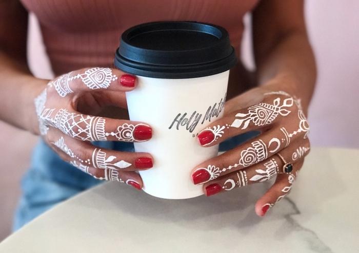 décoration avec dessins blancs sur les peaux, idée tatouage éphémère à motif henné avec éléments géométriques