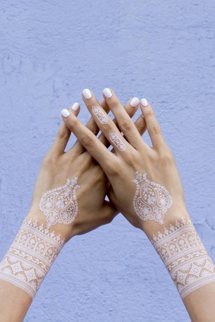 modèle manucure gel sur ongles courts à vernis blanc, idée tatouage temporaire aux motifs mandala géométriques en blanc
