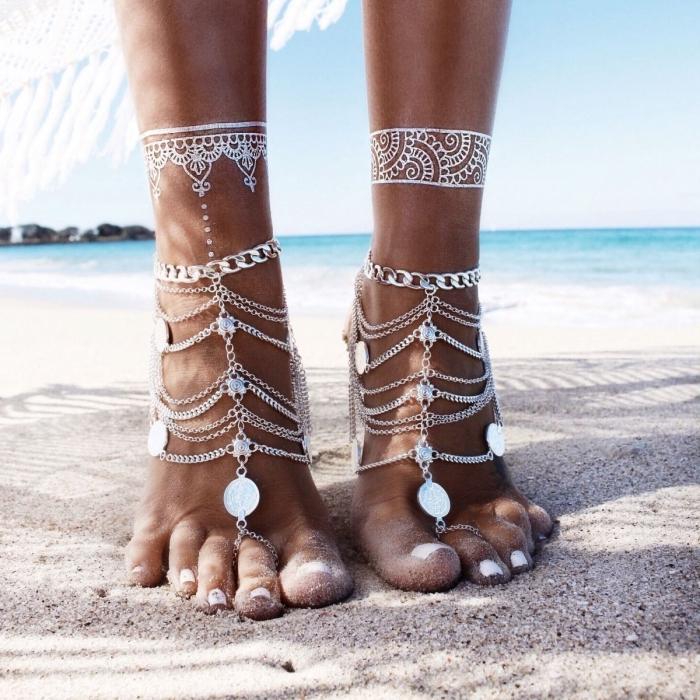 modèle de tattoo henné sur pied, idée tatouage éphémère aux motifs volutes, exemple tattoo effet bijoux métalisé
