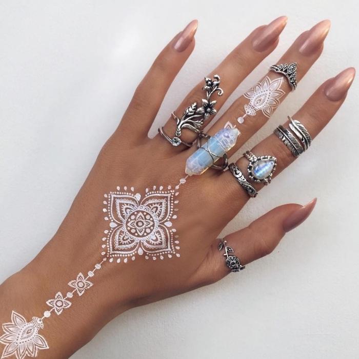 manucure ongles longs à effet brillant, idée tattoo blanc sur main et doigts à effet bijoux mandala, modèle tattoo blanc mandala