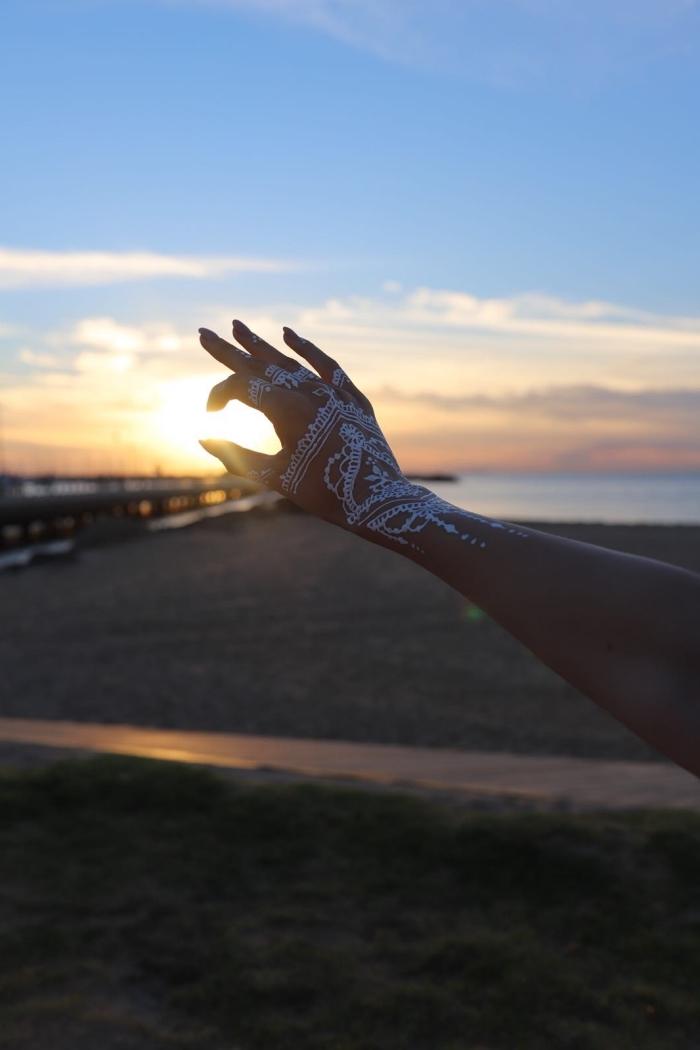idée dessin henné ethnique en blanc, modèle de tattoo éphémère à effet gant dentelle, art corporel avec henné