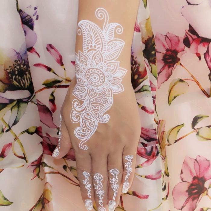 idée tatouage temporaire blanc sur main, modèle tattoo pour mariée à motifs mandala et fleurs en blanc, exemple dessin sur main henné