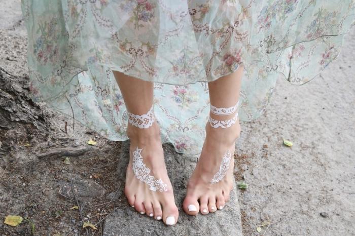 exemple de tattoo bohème sur pieds, idée tatouage effet bijou bracelet de cheville, modèle tatouage henné en blanc