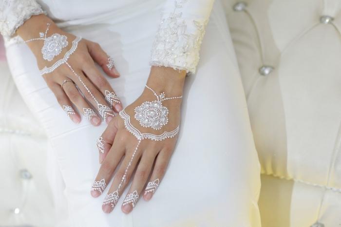 quel tattoo temporaire pour mariage, idée henné en blanc pour mariée aux motif mandala, modèle tattoo mariage bracelet et doigts