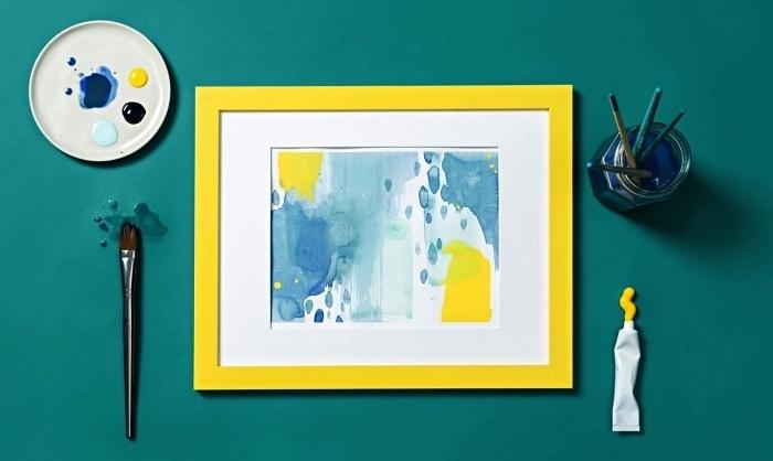 tableau peinture à l'acrylique effet aquarelle, peinture abstraite en bleu et jaune effet aquarelle