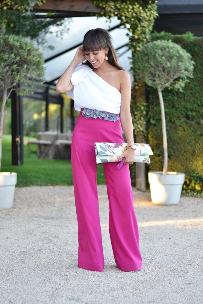 comment assortir les couleurs de ses vêtements, idée tenue mariage femme invitée avec pantalon rose et haut blanc