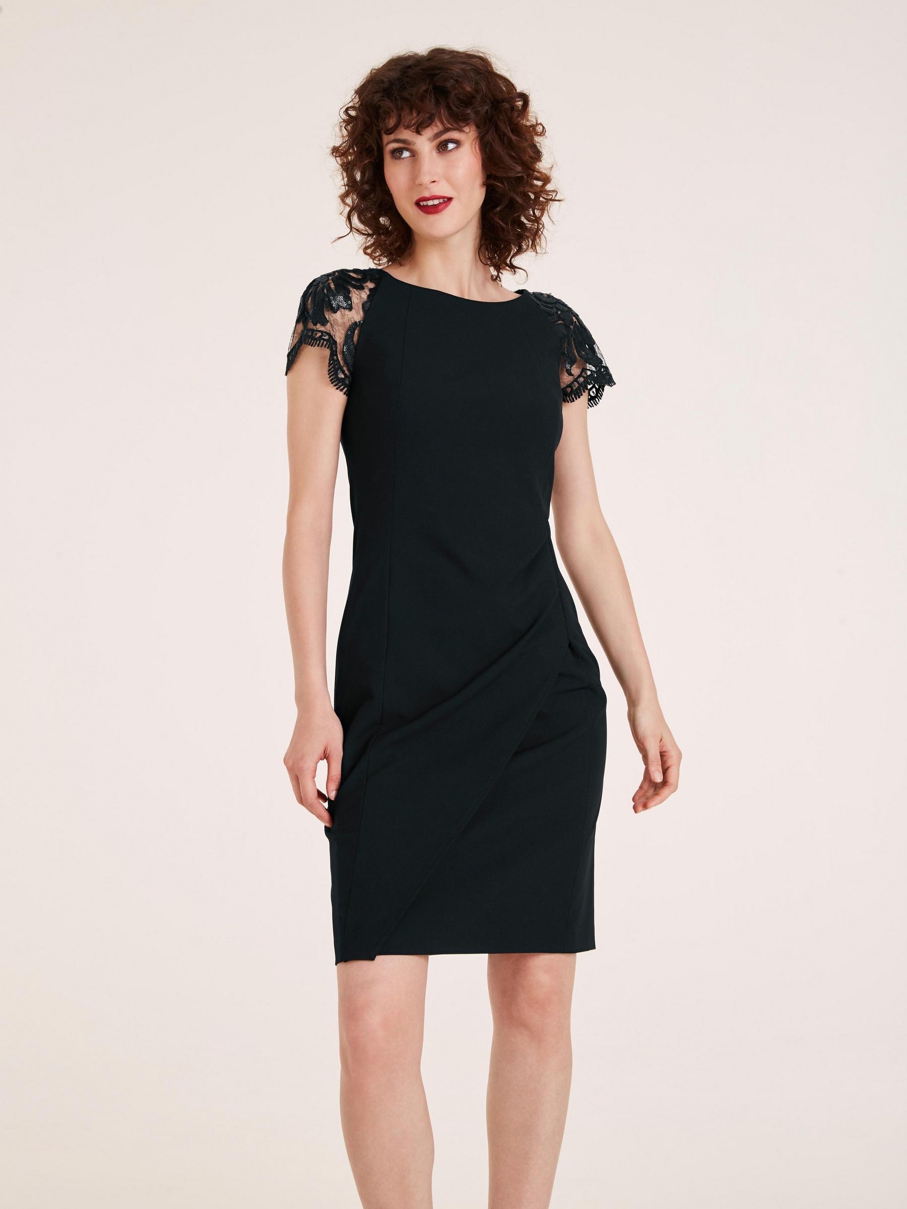 photo petite robe noire courte avec épaulettes type dentelle, tenue femme idéale pour soirée