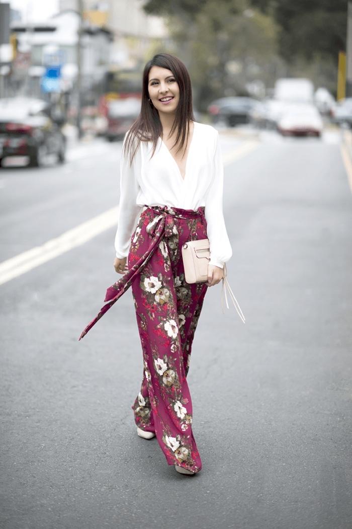 comment s habiller pour un mariage, modèle de pantalon jambes larges violet aux motifs floraux combiné avec chemise blanche