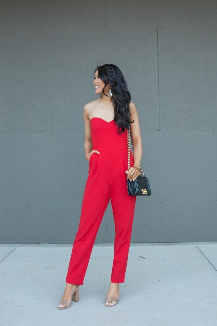 idée coiffure femme invitée facile aux cheveux lâchés avec tresse, modèle de combinaison bustier rouge à pantalon slim