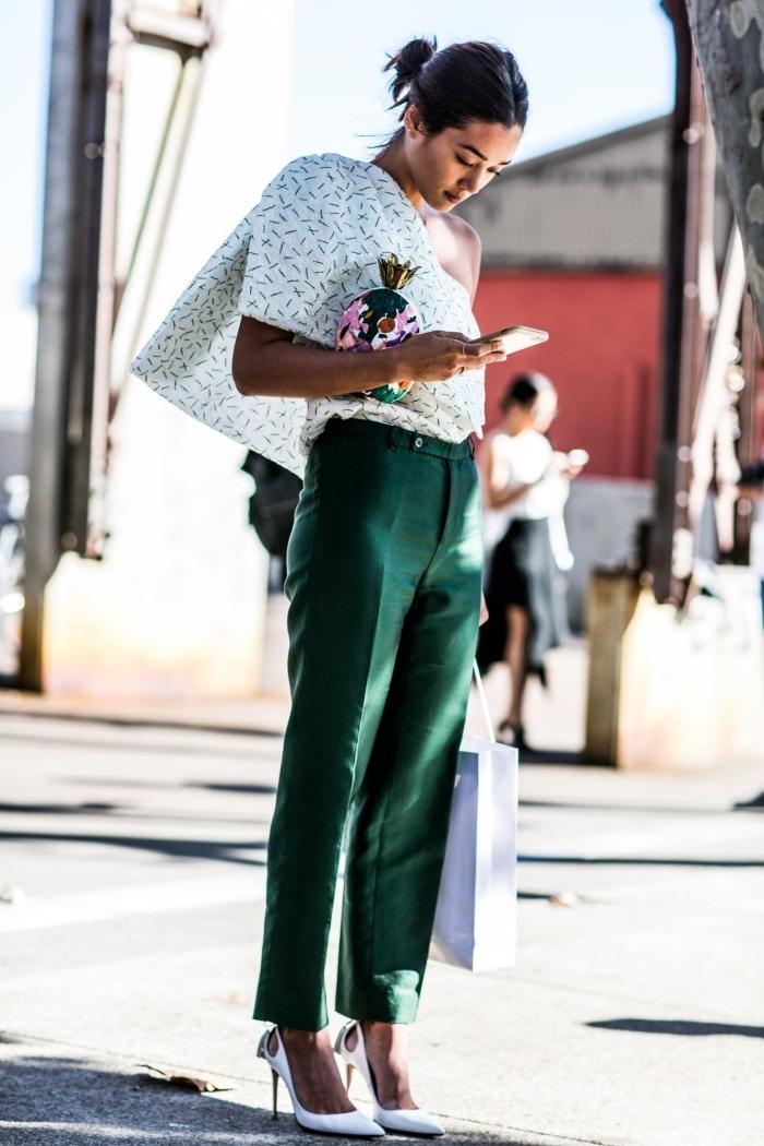 modèle de pantalon taille haute en vert foncé combinée avec blouse blanche avec col asymétrique et chaussures blanches