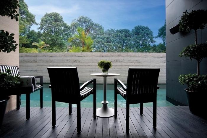 exemple comment aménager un espace autour de piscine, idée revêtement de terrasse de piscine en planches bois