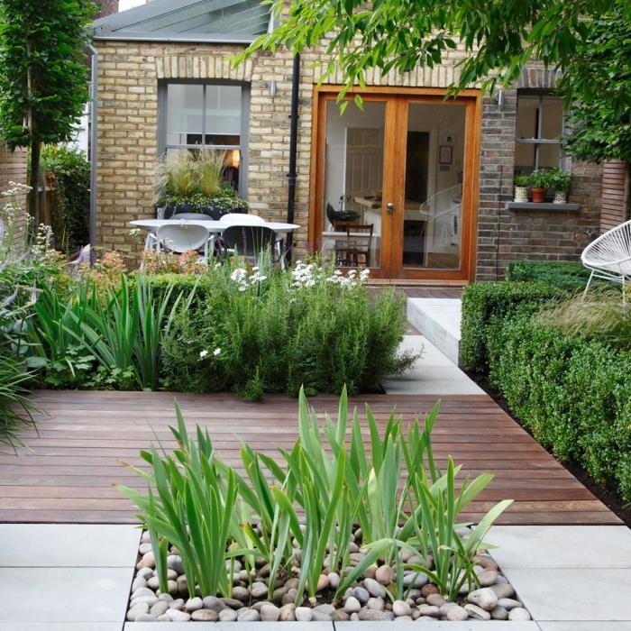 design extérieur moderne avec terrasse en carrelage et bois, déco petit jardin zen avec galets et plantes vertes