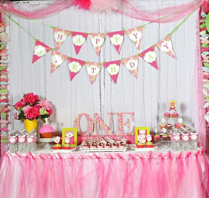 idée déco anniversaire fille en rose et vert sur le thème cupcake, table d'anniversaire habillée d'une jupe de table en tulle