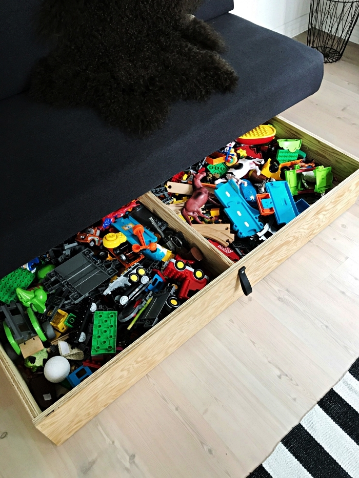 tiroir de rangement sous banquette qui offre un espace de rangement supplémentaire pour les jouets des enfants