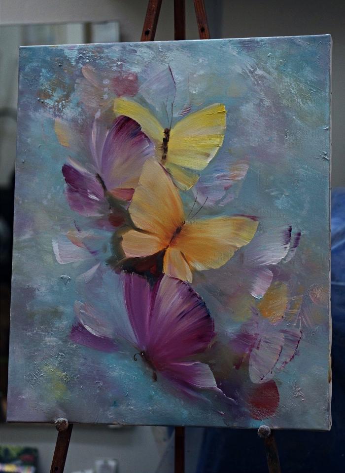 peinture artistique semi-abstrait représentant des papillons su un fond en nuance du bleu et du gris