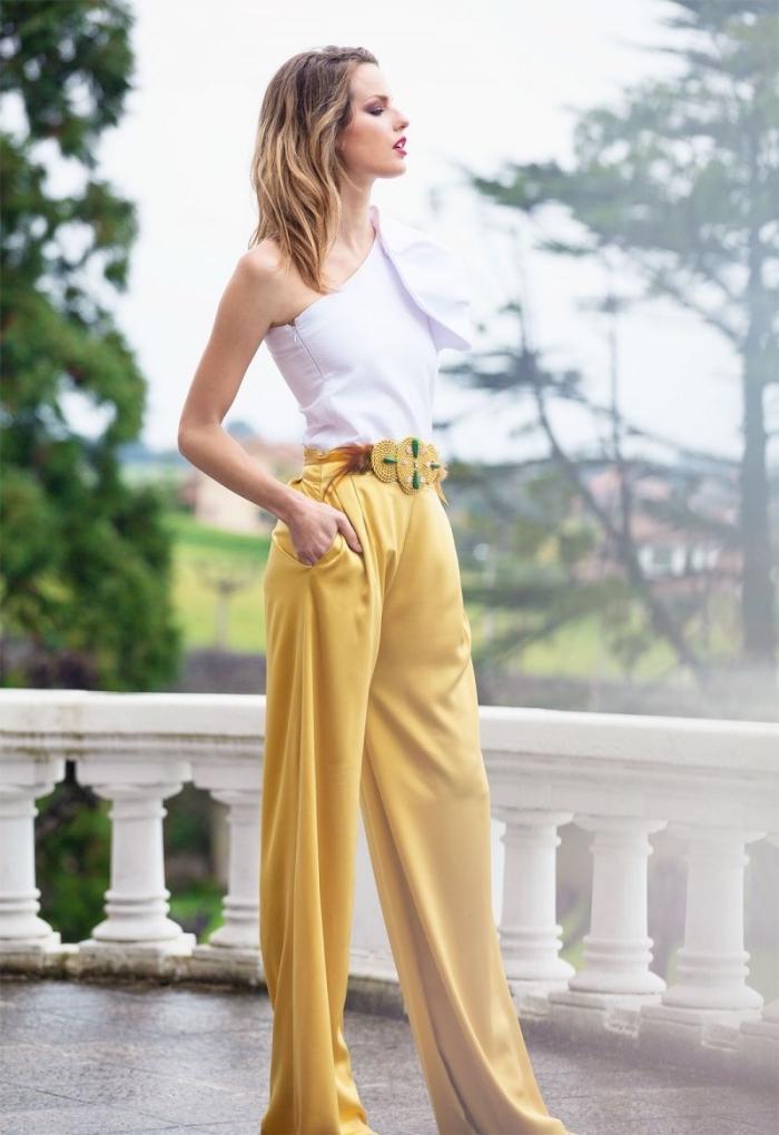 comment assortir les couleurs de ses vêtements, modèle de pantalon jambes larges avec ceinture dorée ornée de pierres vertes