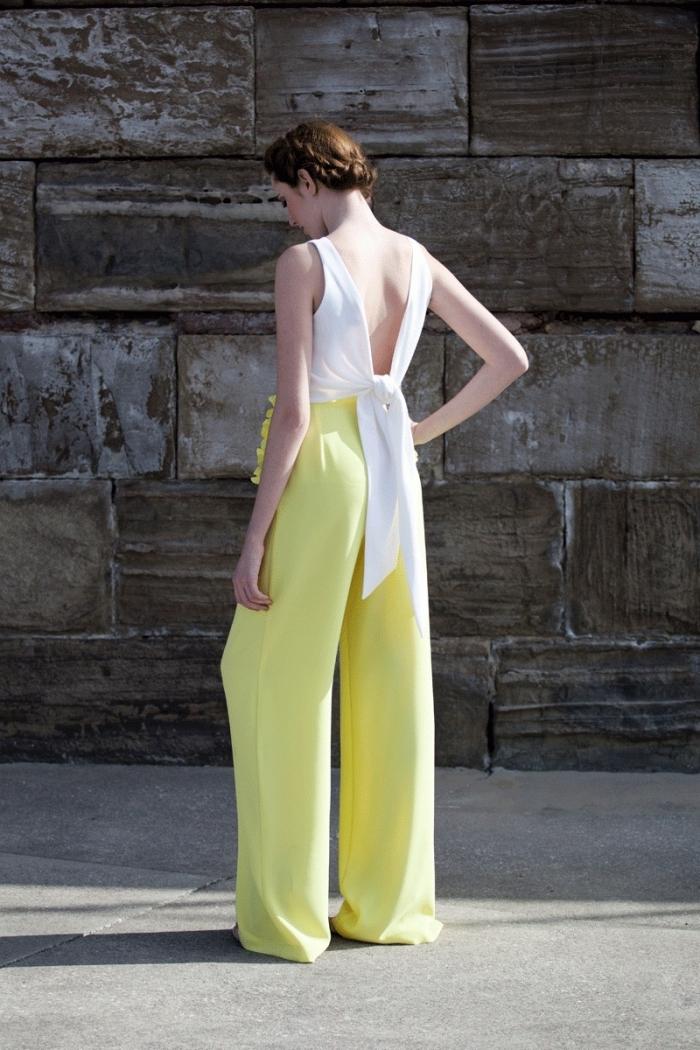 exemple tenue mariage femme avec haut blanc et pantalon aux jambes larges jaune citron, coiffure cheveux attachés en couronne tressée