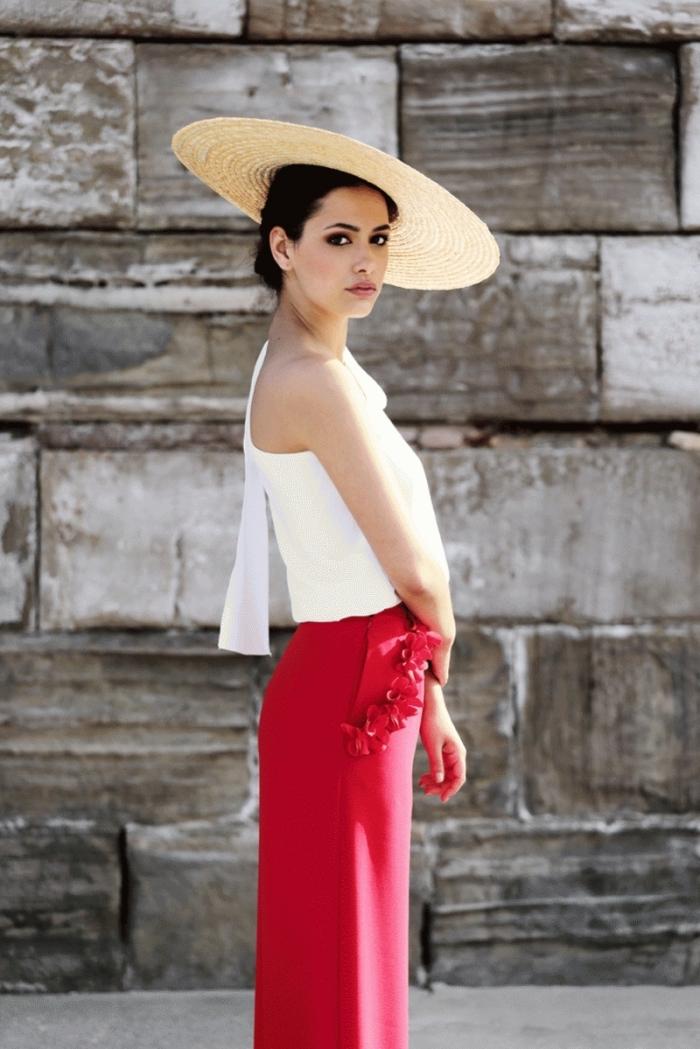 idée tenue de cérémonie femme, modèle de pantalon large jambe en rouge avec top blanc et capeline en paille