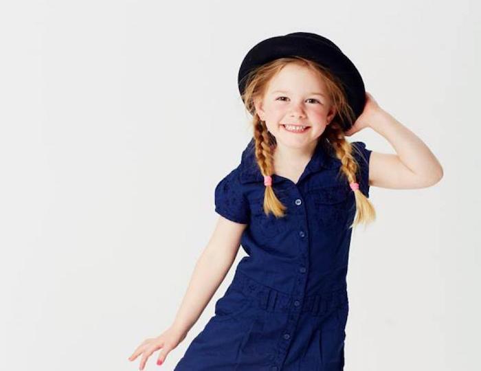 Deux tresses sur les cotés, robe bleu courte, fillette coiffure facile a faire, coiffure simple et rapide