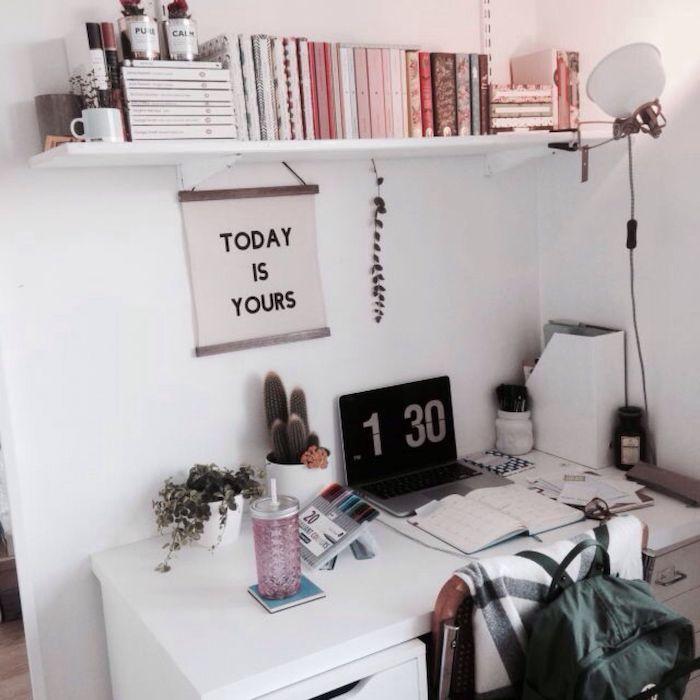Tumblr déco coin bureau, aménagement bureau, idée comment s'organiser bien, bureau blanc, étagère de livres