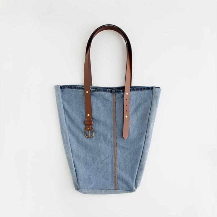 exemple de sac de plage à faire soi même avec paire de jeans usés et deux ceintures, diy sac en tissu facile et original