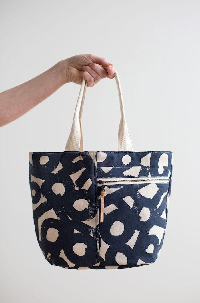 Sac pour les pro en couture, bleu et beige tissu diy couture, tuto tote bag, sac en jean ou de t-shirt