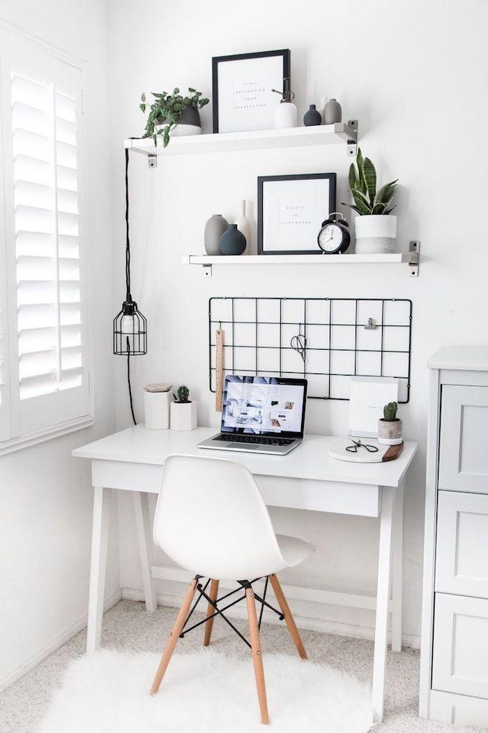 Shaggy tapis blanc, déco simple scandinave bureau salon, rangement bureau décoré avec lignes épurées en blanc et plantes vertes pour déco