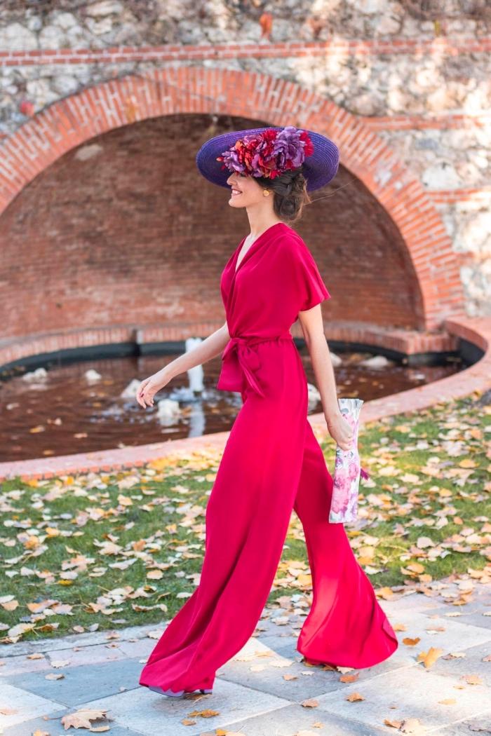 comment s habiller pour un mariage, modèle de combinaison rouge aux jambes fluide avec ceinture, coiffure avec capeline et fleur