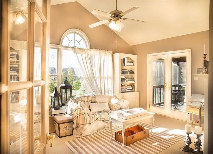 ambiance relaxante dans une pièce décorée de style campagne en couleurs neutres, idée peinture beige sable